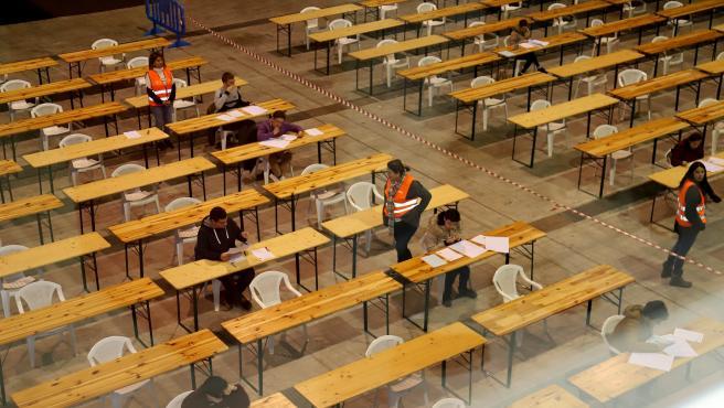 Participantes en las pruebas de oposiciones en el recinto ferial de Silleda