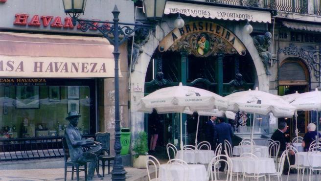 La estatua de Fernando Pessoa en la puerta del Café A Brasileira, en Lisboa.
