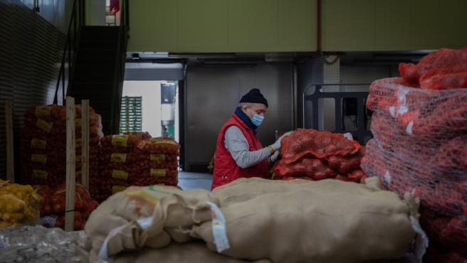 Un trabajador de Mercabarna dentro del recinto. En Barcelona, Cataluña, (España), a 17 de abril de 2020.