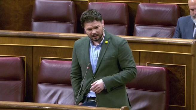 """El portavoz de ERC en la Cámara Baja, Gabriel Rufián, subió un grado el tono de sus críticas al Ejecutivo por la falta de comunicación con los partidos con representación parlamentaria, y le preguntó al Gobierno """"cuánto le importa la legislatura"""" sabiendo, además, que la """"alternativa"""" es un pacto de la derecha."""