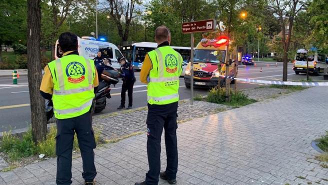 Policías y miembros de los servicios de emergencias, en el lugar del Paseo Virgen del Puerto de Madrid donde falleció un hombre al perder el control de su moto.