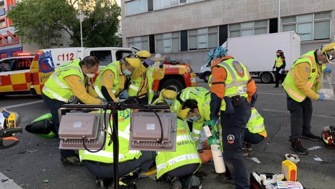 Tras recibir el aviso del accidente, sanitarios del Samur-Protección Civil han encontrado al joven motorista tendido en el suelo.