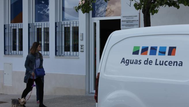 Un vehículo de Aguas de Lucena