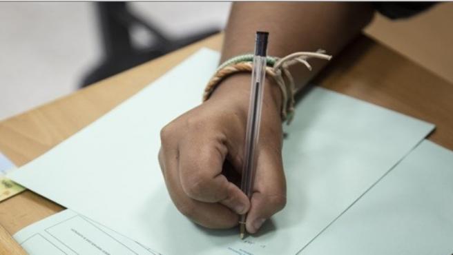 Alumna realizando un examen de Selectividad (archivo)