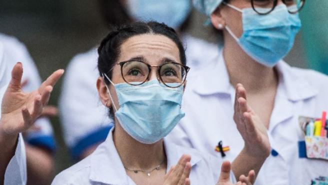 Sanitarios del Hospital Fundación Jiménez Díaz aplauden en apoyo a los profesionales fallecidos por coronavirus.