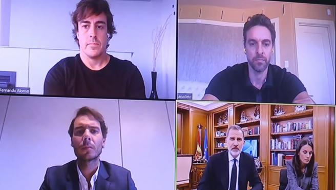 Alonso, Gasol y Nadal hablan con los Reyes de España.