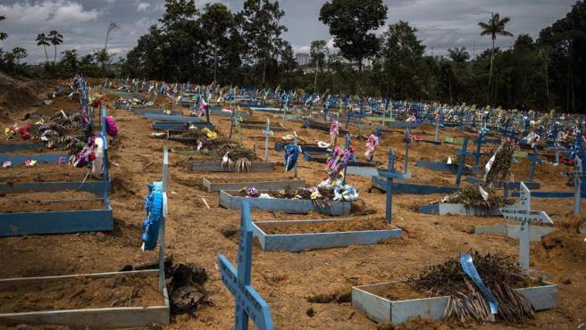 Cientos de tumbas de fallecidos por COVID-19 en el cementerio Nossa Senhora Aparecida, en la ciudad de Manaos, en el estado Amazonas (Brasil).