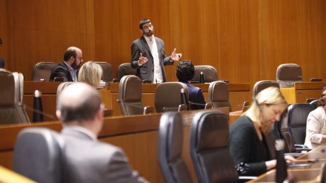 El diputado de IU, Álvaro Sanz, pregunta al presidente de Aragón, Javier Lambán.