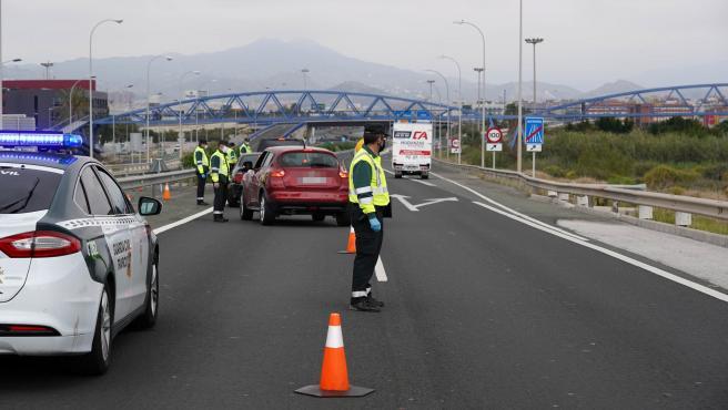MLG 08-04-2020.-Efectivos de la Guardia Civil de tráfico realizan un control aleatorio en la carrertera A-7 dirección Málaga capital para controlar las entradas y salidas de vehículos de cara a la operación salida de Semana Santa.-ÁLEX ZEA.
