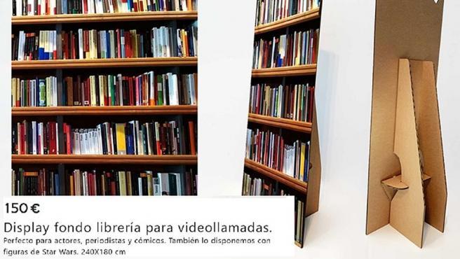 Ponen a la venta por Internet una librería de cartón para videollamadas.
