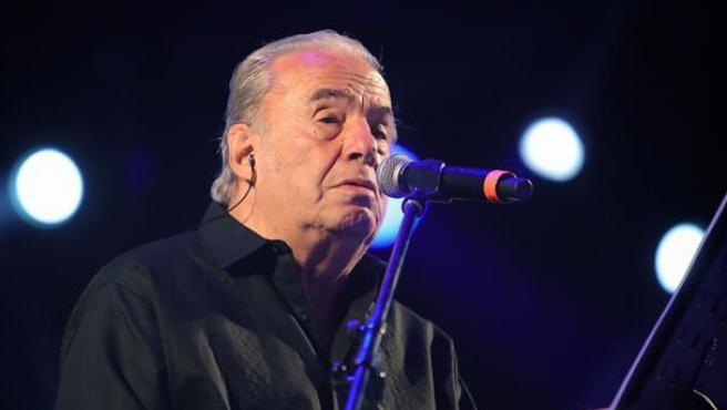 El cantante y compositor mexicano Óscar Chávez, durante un concierto en Ciudad de México el 16 de marzo de 2019.
