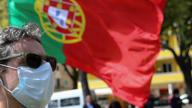 Una persona con mascarilla en Portugal.