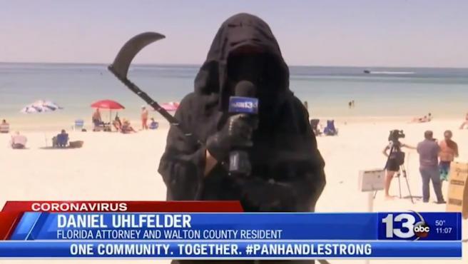 Daniel Uhlfelder disfrazado para protestar contra el levantamiento de las restricciones.