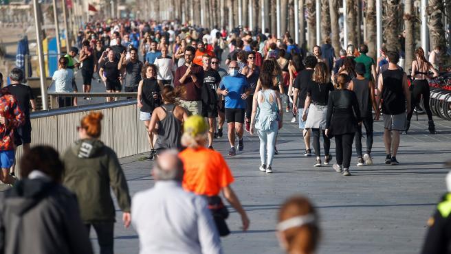 Imagen del Paseo Marítimo de Barcelona, lleno de gente este sábado.
