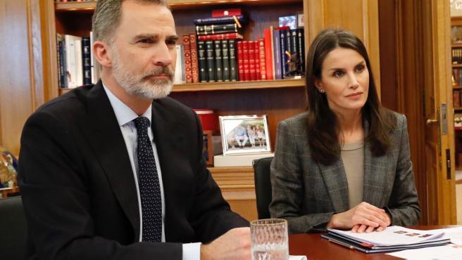 Los Reyes Felipe VI y Letizia se reúnen por videoconferencia con los embajadores honorarios de la Marca España, tanto del mundo deportivo como del mundo sociocultural y científico, en el Palacio de la Zarzuela, en Madrid (España) a 29 de abril de 2020.