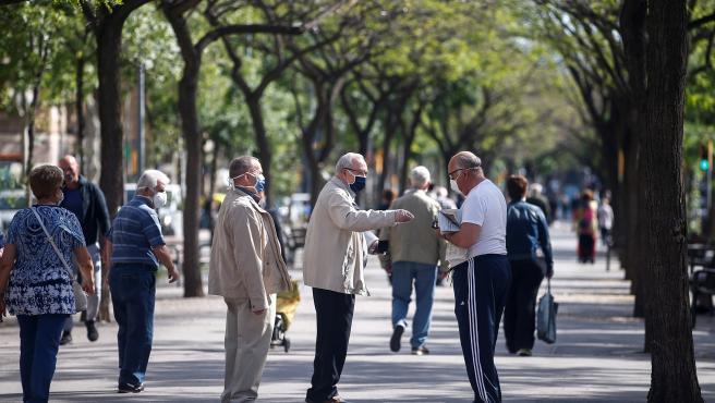 Aspecto de la Rambla Guipúzcoa de Barcelona durante el primer día que las personas adultas han salido a la calle a pasear y hacer deporte individual.
