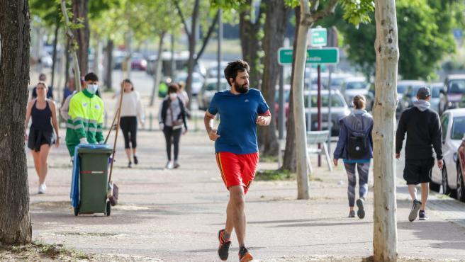 Un hombre corriendo durante el primer día en el que los españoles pueden pasear y hacer ejercicio.