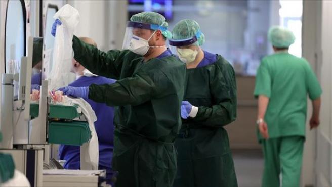 Sanitarios alemanes trabajando en un hospital.