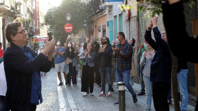 En Madrid se vieron este sábado fiestas nocturnas en la calle y al atardecer mucha gente en lugares como los alrededores del Palacio Real.