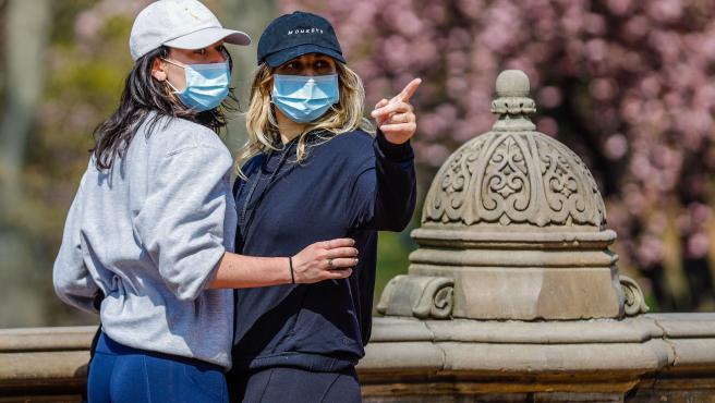 Dos mujeres con mascarilla paseando en Nueva York (EE UU).
