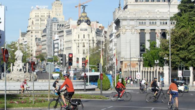 Numerosos ciclistas pasean junto a la Cibeles, en pleno centro de Madrid, este domingo 3 de mayo.