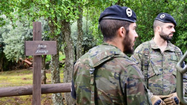 Militares en un entorno rural.