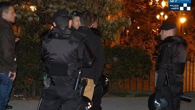 Policías interviniendo un botellón en Madrid.