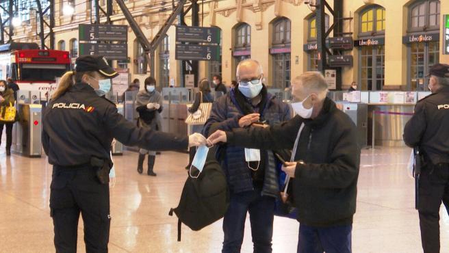 El Gobierno ha comenzado a repartir este lunes 14,5 millones de mascarillas en más de 3.500 puntos de distribución de toda España para promover el uso de mascarilla frente al coronavirus en el transporte público colectivo, que es obligatorio desde este lunes.