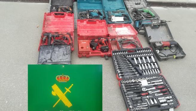 Efectos intervenidos a un detenido por nueve robos y cuatro hurtos en aparcamientos de establecimientos en Verín (Ourense).