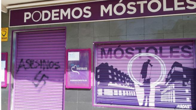 Imagen de la pintada con la palabra 'Asesinos' y una esvástica en la sede de Podemos Móstoles