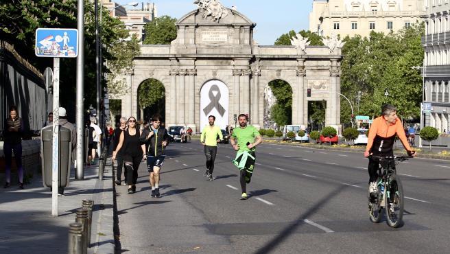 Primer fin de semana de paseos permitidos durante el confinamiento en Madrid.