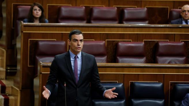 Pedro Sánchez interviene desde su escaño en la última sesión de control al Gobierno en el Congreso.