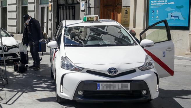 Un taxista deja a un pasajero en una calle de Madrid.
