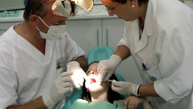 Una menor, en la consulta del dentista.