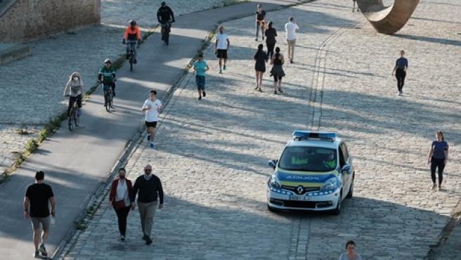Agentes de la policía local de Sevilla vigilan el cumplimiento de las normas de desecalada.