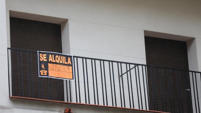 Cartel en una terraza que anuncia el alquiler de una casa
