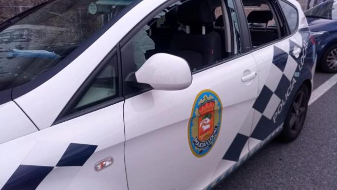 Coche con daños de la Policía Local de Poio.