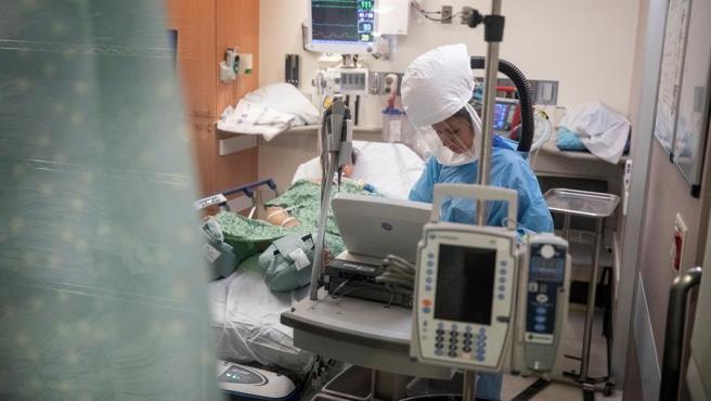 Una enfermera atiende a un paciente de COVID-19 en el hospital Sharp Grossmont, en La Mesa, California (EE UU).