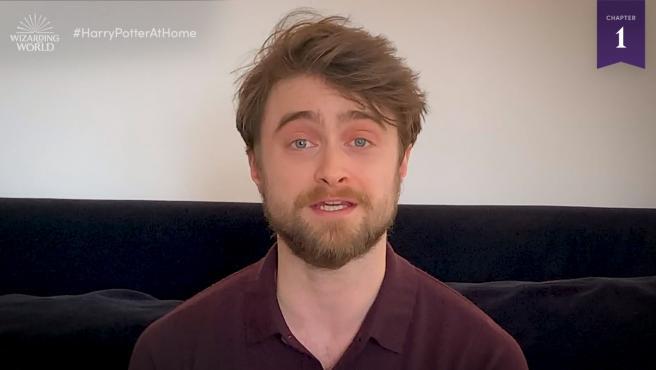 Daniel Radcliffe, leyendo 'Harry Potter'.