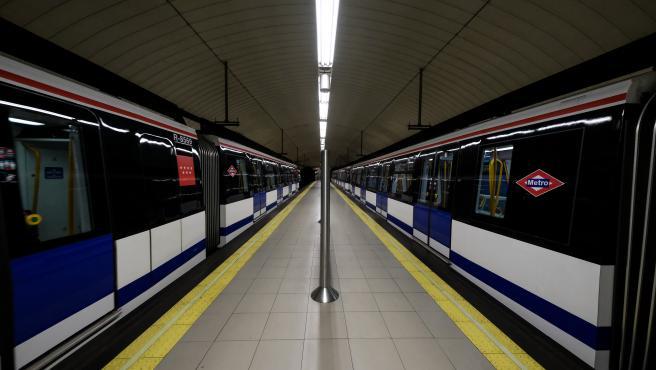 Dos trenes efectúan parada en una de las estaciones de Metro de Madrid.
