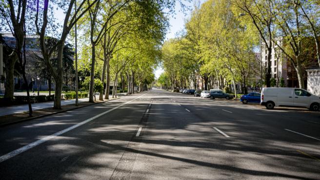 El Paseo del Prado, desierto, a la altura del Museo del Prado, en Madrid (España) a 4 de abril de 2020.