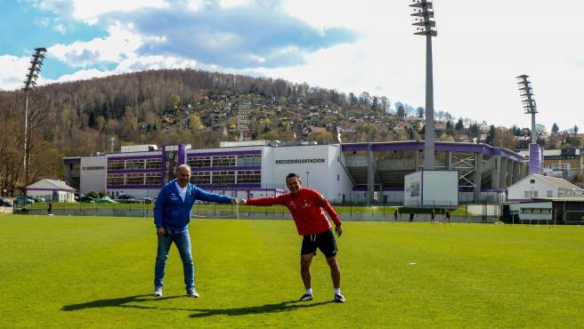 El presidente y el entrenador del Erzgebirge Aue, en sus instalaciones de entrenamiento