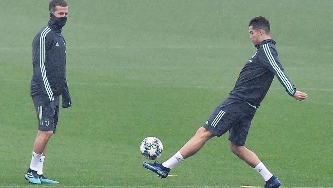 Cristiano Ronaldo toca un balón en un entrenamiento.