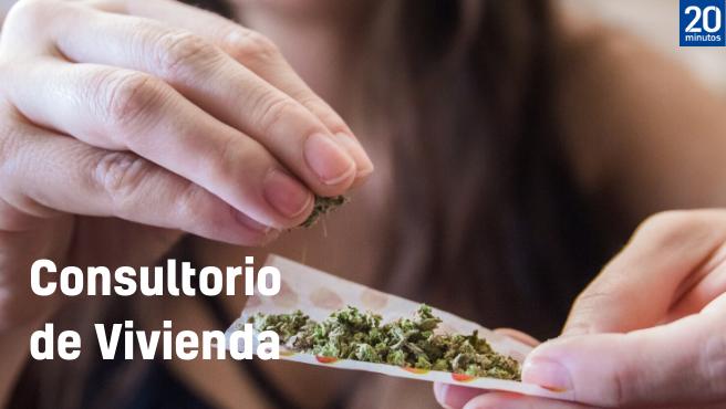 Una mujer lía un cigarrillo de marihuana.