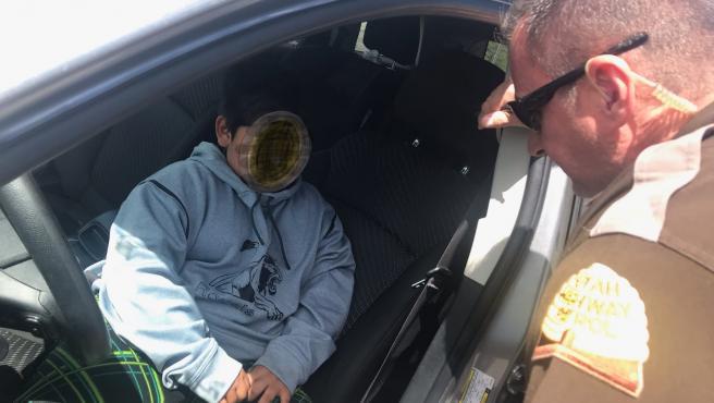 Momento en el que la policía detiene al niño de 5 años conduciendo.