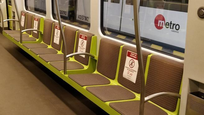 Pegatinas que señalizan la separación obligatoria para sentarse en el metro con motivo del coronavirus