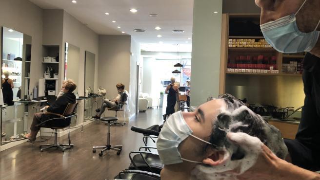 Lavado de pelo en la peluquería.