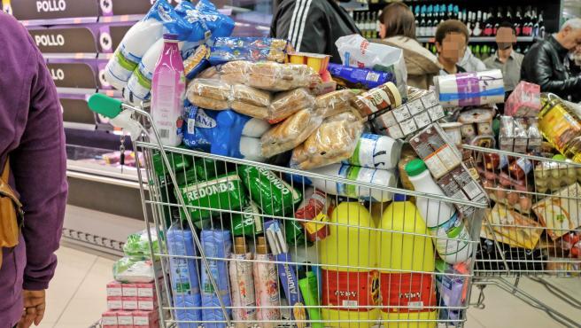 Un cliente realiza la compra en un supermercado durante la pandemia. Archivo