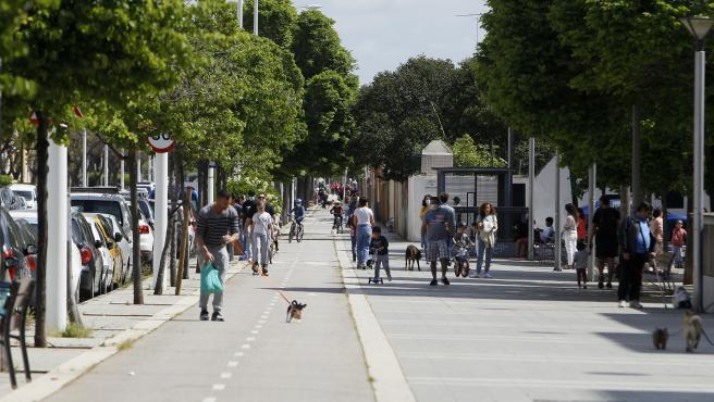 Varios niños y sus padres salen a la calle el primer día en el que los menores de 14 años lo pueden hacer durante el estado de alarma en Palma.