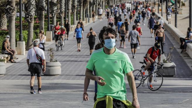 Esportistes en la platja de la Malvarrosa el primer dia d'eixida a València